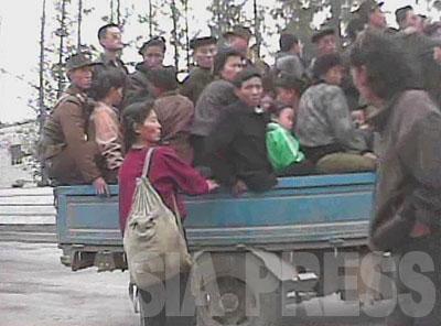 日本製のトラックの荷台の上で30人以上がひしめきあっている。(2008年10月黄海南道海州市 シム・ウィチョン撮影)