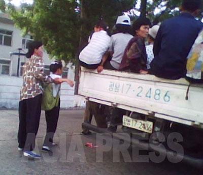 「平南17」のナンバーは保安部(警察)所属のトラックだ。(2010年6月平安南道 キム・ドンチョル撮影)