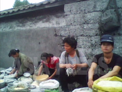 小都市の公設市場のコメ売り場。毎日途切れることなく食糧が並ぶという。(2010年6月平安南道 キム・ドンチョル撮影)