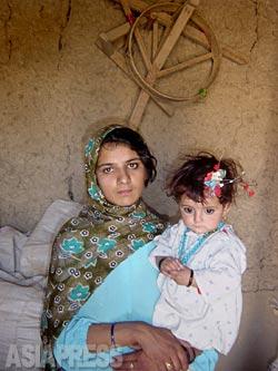 ザルミーナの長女、ナジバ(20歳)。母が死刑になってすぐにパシュトゥン人の農村に嫁にだされた。(2002年8月)