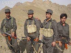 地方の農村部ではまだアルカイダ兵がかくまわれている可能性があるとガズニの司令官に言われ、治安部隊の兵士が同行した。(2002年8月)