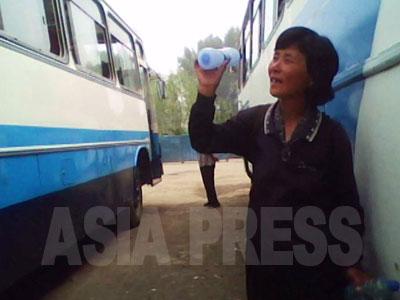 ペットボトルに詰めた飲用水を売っている。(2010年6月平安南道平城市 キム・ドンチョル撮影)