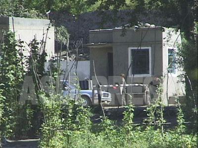 哨所で車が止められている。(1997年8月咸鏡北道茂山郡 中国側から石丸次郎撮影)