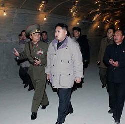 慈江道の熙川(ヒチョン)発電所を視察した金正恩。労働新聞などで大きく報じられた。(「労働新聞」2010年11月4日付より)