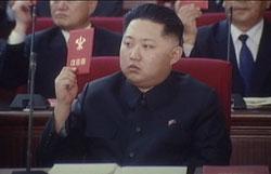 労働党代表者会で初めてその姿を現した金正恩。(2010年9月28日 朝鮮中央テレビより)