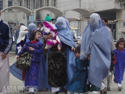 アフガニスタン社会、そして長いあいだ戦争におかれてきた人びとをどう見つめるのか。ザルミーナ事件を取材しながらずっと考え続けた。(2002年・カブール・撮影:玉本英子)