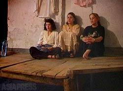 カブール市内のハマム(公衆浴場)にたむろしている売春婦。仕事を終えたあと、毎日ここにやってくる。(2002年3月)