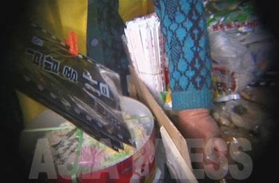 キムパッ(海苔巻き)用の海苔。包装紙を見ると韓国製のようだが、どこで作られたものかは不明。韓国製品の販売は禁じられているため、売る方は中国製と偽って販売すると、リ・サンボン氏は語る。
