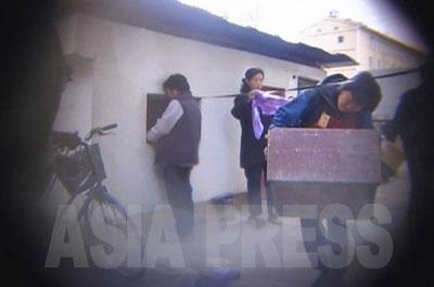 この小屋は荷物保管所。市場への行き帰りに大きな荷物を運ぶ手間を省いてくれる。もちろん有料だ。