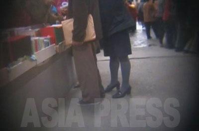 大城区域を撮った映像を見ると、明らかに周囲とは違う身なりの人々の姿がある。特に目立つのがスカート姿だ。売り場に座っている商売人も、買い物にきている女性もほとんど皆、ズボンを着用しているのとは非常に対照的だ。暮らしに余裕のある階層の人々だろう。