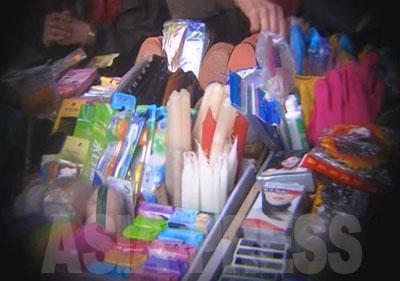 さまざまな中国製の軽工業品(雑貨)が売られている。歯ブラシ、歯磨き粉、プラスチック製品、テープなどが見える。中国では売れないような粗悪な品が少なくないという。
