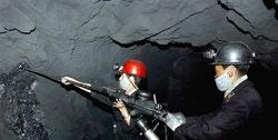 北朝鮮メディアが宣伝用に掲載した直洞炭鉱の坑内労働の様子。マスクを着け電気ドリルを使って掘進作業をしている。だが坑を支える支柱が見えない。(撮影日時不明 わが民族同士HP より)