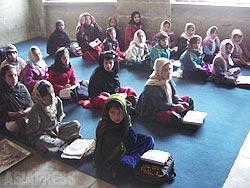 タリバン政権崩壊後、女性への学校教育も復活した。写真は、小学校に通い始めた女子児童の教室。(2002年・撮影:玉本英子)