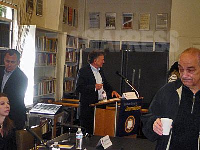 Rava And David Logan Investigative Reporting Symposium(ラヴァ&デイヴィッド・ローガン調査報道シンポジウム) で司会をするロウ・バーグマン / 2011年 UCバークレーにて