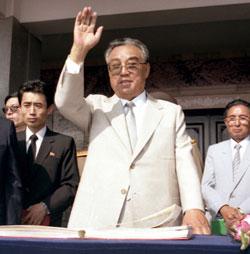 非世俗的な国家統合の象徴だという点で、北朝鮮の首領と日本の天皇には共通点が見出される。写真は晩年の金日成。(わが民族同士HPより)