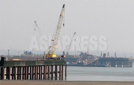 3月17日中国側から眺めた新鴨緑江大橋の建設現場。 遠い方が北朝鮮側の浮橋建設現場。2012年 3月 南正学(ナム・ジョンハク)撮影