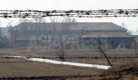 鉄条網越しに北朝鮮の建物が見えた。人影は見えなかった。2012年 3月 南正学(ナム・ジョンハク)撮影