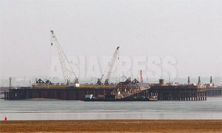 3月17日、中国側から眺めた、北朝鮮側の浮橋建設現場。2012年 3月 南正学(ナム・ジョンハク)撮影