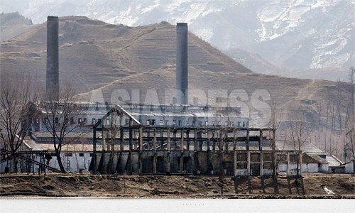 鴨緑江から見た「青水化学工場」。稼動していない様子は明らかだ。日本の植民地時代に建設された。この工場で培われた技術により、咸鏡南道咸興(ハムン)市の「2.8ビナロン工場」が建設された。2012年3月 南正学(ナム・ジョンハク)撮影(アジアプレス)