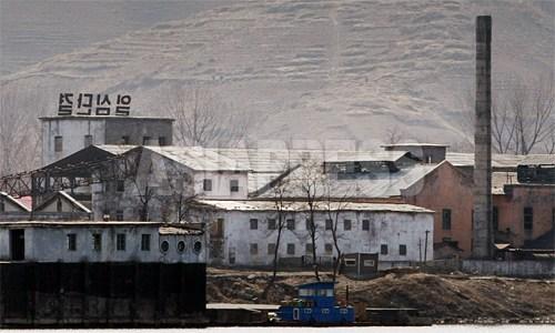 静かなたたずまいの「青水化学工場」。「一心団結」と書かれた大型の看板が目に付く。