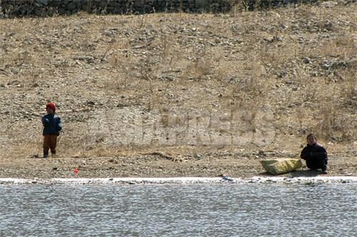 子どもたちが河辺から取材班を眺めている。