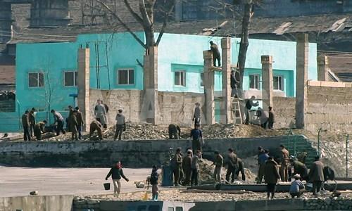 数十人の住民達が、工場周辺で工事をしている。シャベル以外にこれといった機材や装備は見当たらず、作業がはかどっているようには見えなかった。