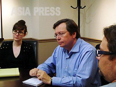 非営利ジャーナリズムの産みの親と言われるIRW代表でジャーナリストのチャールズ・ルイス(中央)