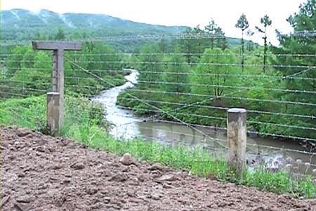 咸鏡北道会寧(フェリョン)市。国境の河、豆満江を挟んで中国と接する国境都市だ。2010年6月中国側から撮影。(アジアプレス)