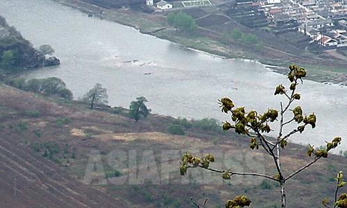 2011年5月に中国側の吉林省和龍市南坪鎮。鉄条網は無い。アジアプレス取材班撮影。