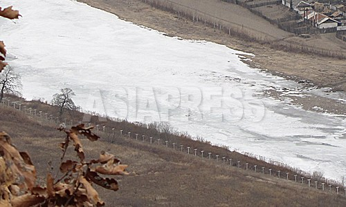 2012年3月中国側の吉林省和龍市南坪鎮。新たに設置された鉄条網が見える。正確にいつ頃に設置されたのかは不明。凍った川が豆満江。対岸が咸鏡北道茂山(ムサン)郡だ。2012年3月南正学(ナム・ジョンハク)撮影