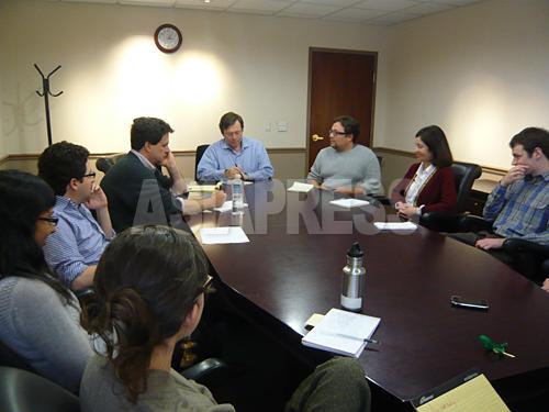 IRWの編集会議を主催するチャールズ・ルイス(中央)
