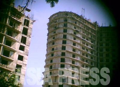 これは20階を超える高層アパートの建設現場。各階の窓枠の位置も大きさもまちまちで歪んでいるのがよくわかる。