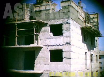 上階層の現場を近くから見ると、ブロックを積み重ねていく工法なのがよくわかるが、ガタガタ・でこぼこで、いかにも作業が雑だ。