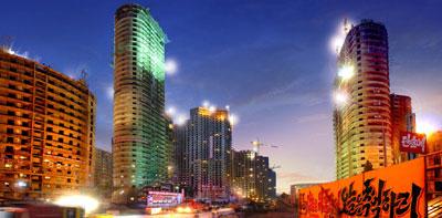 《参考写真》「新しく変貌する万寿台(マンスデ)地区」と題された官営メディアに掲載された写真。40階を超える高層アパートが建設中だ。万寿台地区は平壌市再開発のモデル地区として北朝鮮当局は大々的に宣伝している。(11年10月掲載 わが民族同士HPより)