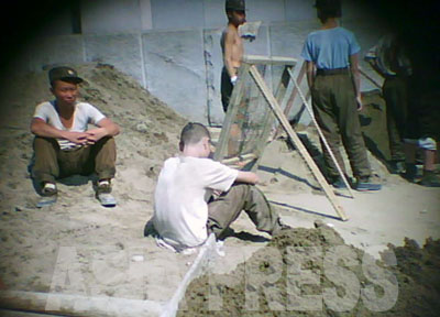 人民武力部(国防省に相当)が運営する4.25文化会館の補修工事には軍の建設部隊が動員されていた。兵士たちは一様に痩せていて元気がない。腹が減って力が入らないように見える。