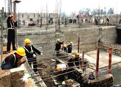 《参考写真》官営メディアに掲載された「イルカショー施設」の建設現場の写真。作業しているのは軍人たちだ。ク記者が撮影してきた工事現場とは、かなり様子が違うように見える。(11年11月掲載 わが民族同士HPより)