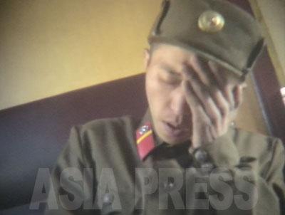栄養失調になり列車で実家に戻されるところだという兵士。「部隊には塩もない」と語った。(2005年5月 リ・ジュン撮影)