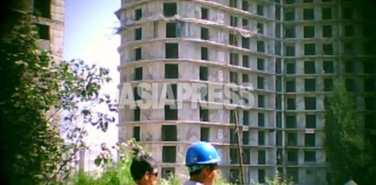 <動画・北朝鮮>手抜き工事の「平壌10万戸住宅建設現場」