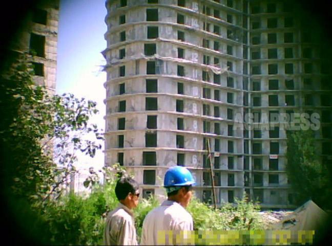20階を超える高層アパートの建設現場。各階の窓枠が位置も大きさもまちまちで歪んでいるのがよくわかる。2011年8月 平壌市大同江区域にて ク・グァンホ撮影