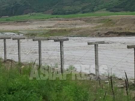 朝中国境の中国側に設置された鉄条網。間を流れるのは国境の川・豆満江。最近1~2年、人影のまばらな地域にも次々に鉄条網が増設されている。今月4日、パク・ヨンミン撮影。(アジアプレス)