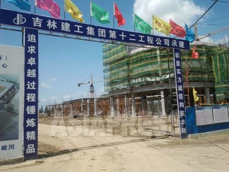 中国吉林省、琿春市に建設中の「琿春国際辺境貿易物流センター」。総工費は30億元(約370億円)。同市の「琿春国際開発模範区」建設の一貫だ。7月6日琿春市にて。パク・ヨンミン撮影(アジアプレス)