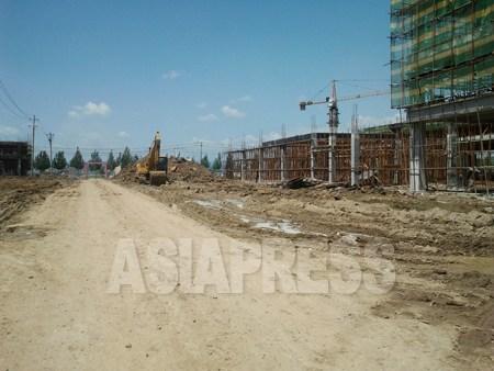 建設中の建物のほとんどが更地に建てられている。7月6日琿春市にて。パク・ヨンミン撮影(アジアプレス)