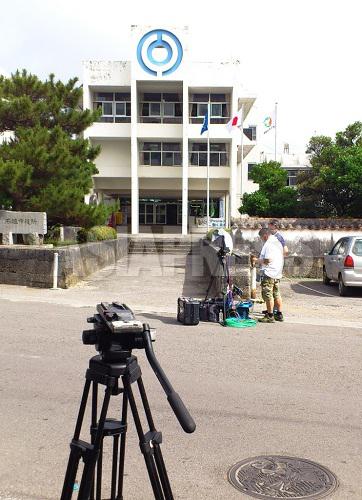 報道陣が大挙して石垣入りし、至るところでカメラを構えた(石垣市役所前)