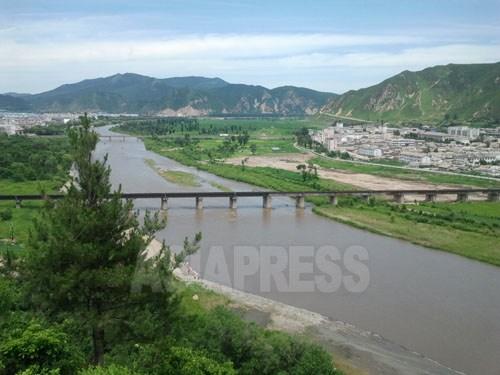 国境の川・豆満江を挟んで左側が中国図們市、右側が北朝鮮の穏城(オンソン)郡。今月19日、パク・ヨンミン撮影(アジアプレス)