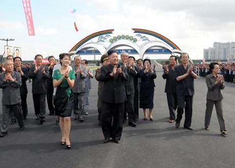 竣工式には主だった核心幹部が勢ぞろいした。李英鎬総参謀長の電撃的解任にも体制が安定していることを誇示するかのようだ。右端に故金正日氏の実妹の金慶喜氏が見えるが痩せている。(写真 朝鮮中央通信より)