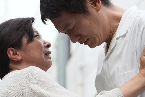 急遽北朝鮮に戻ることになった兄(井浦新)と別れを惜しむ母(宮崎美子)。 (映画「かぞくのくに」より)