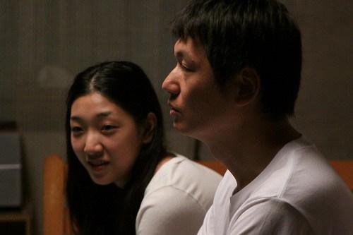 妹(安藤サクラ)の部屋で兄(井浦新)が切り出したは「情報の仕事」だった。(映画「かぞくのくに」より)