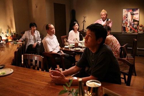 日本に戻ってきた兄(井浦新)はかつての同級生たちと会うのだが言葉は少ない。(映画「かぞくのくに」より)