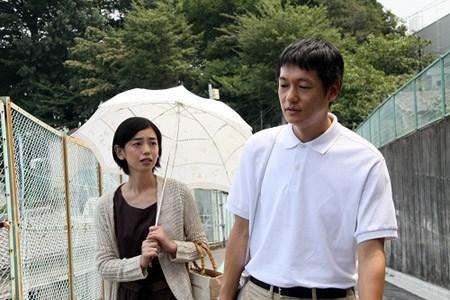 30年ぶりに日本に戻った兄(井浦新)は昔の恋人(京野ことみ)と再会するが・・・・・・(映画「かぞくのくに」より