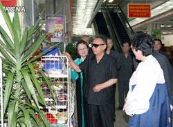 資料写真: 上の写真と同じ場所で撮影された、視察する金総書記の姿。死亡する5ヶ月前の姿だ。(2011年7月朝鮮中央通信配信の写真より)
